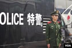 武警士兵在特警车辆旁伫立(2016年3月3日 美国之音金子莹拍摄)