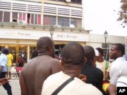 Alexandre Dias dos Santos, sem camisa, depois da refrega com a polícia