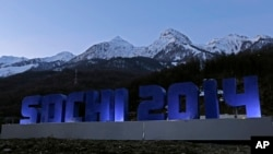 El Caucaso se alza tras el rótulo de Sochi, en Rosa Khutor, Rusia.