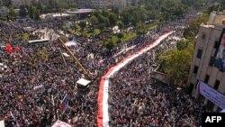 Ảnh do hãng tin SANA phát hành cho thấy hàng chục ngàn người Syria tuần hành bày tỏ sự ủng hộ đối với chính phủ ở thành phố Aleppo, ngày 19/10/2011