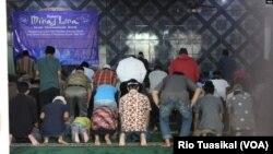 Penganut Ahmadiyah melaksanakan salat dzuhur berjamaah usai peringatan Isra Mi'raj di Bandung, Jawa Barat, Rabu, 3 April 2019 siang. (VOA/Rio Tuasikal)