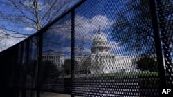 Foto Achiv: Capitol la, ki se syej palman Ameriken an antoure ak yon klotu.