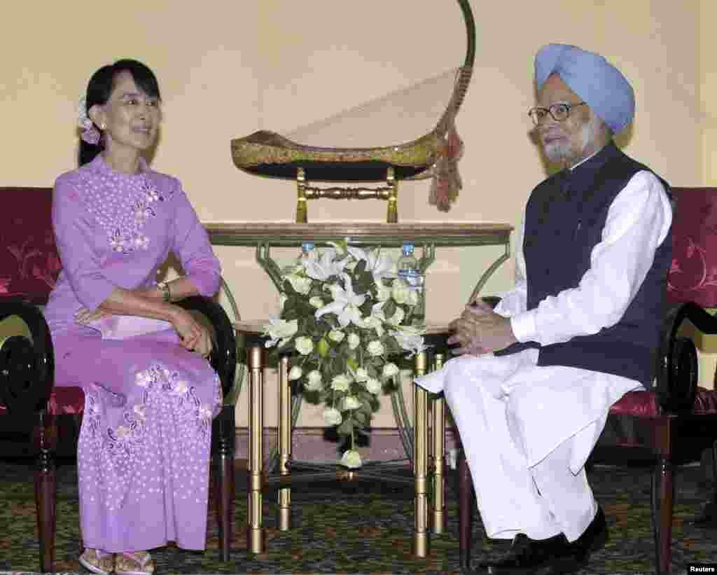 ທ່ານນາງອອງຊານ ຊູຈີ ຜູ້ນໍາສົ່ງເສີມປະຊາທິປະໄຕມຽນມາ ພົບປະກັບ ທ່ານ Manmohan Singh (ຂວາ) ນາຍົກລັດຖະມົນຕີອິນເດຍ ຢູ່ທີ່ນະຄອນຢ້າງກຸ້ງ ໃນຂະນະທີ່ທ່ານໄປຢ້ຽມຢາມມຽນມາ ໃນວັນທີ 29 ພຶດສະພາ 2012 ຜ່ານມາ ຊຶ່ງເປັນຄັ້ງທໍາອິດ ໃນຮອບ 25 ປີ ທີ່ຜູ້ນໍາອິດເດຍ ໄດ້ໄປຢ້ຽມຢາມ ມຽນມາ.
