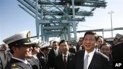 图为习近平2月16日参观洛杉矶港的中国海运集团总公司一个码头