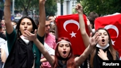 Para demonstran perempuan meneriakkan slogan-slogan anti-pemerintah dalam sebuah demonstrasi di Ankara (3/6). (Reuters/Umit Bektas)