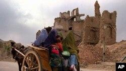১৯৯৬ সালে যুদ্ধবিধ্বস্ত আফগানিস্তানের রাজধানী কাবুলে একটি ঘোড়ার গাড়ীতে চেপে বাজারে যাচ্ছে একদল মহিলা ও শিশু