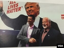 Businessman and Donald Trump supporter Bob Bolus of Scranton, Pennsylvania, shakes hands with Donald Trump Jr. during a campaign stop. (A. Pande/VOA)