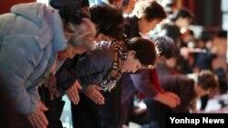 2018 학년도 대학수학능력평가가 4일 앞으로 다가온 19일 오후 서울 종로구 견지동 조계사에서 학업성취 기원 법회 열리고 있다. 수험생 학부모 등 불자들이 자녀의 수능 고득점을 기원하며 기도를 하고 있다.