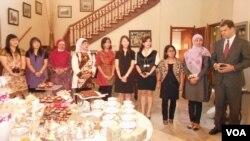 9 Wanita Pengusaha Muda Indonesia bersama Perwakilan dari Goldman Sachs, L. Brooks Entwistle (kanan).