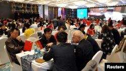 中国本地商人和外国投资者商讨投资和贸易(资料图)