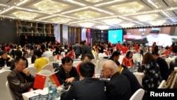 外国投资者和当地商人在贵阳讨论商贸投资事宜(2016年路透社)