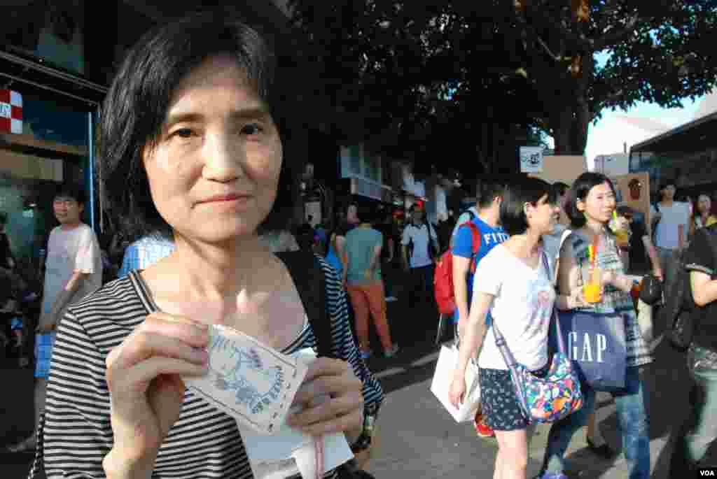 參觀陸肆.廿五街頭小展覽的香港市民李小姐表示,希望平反六四