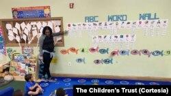 Una profesora durante una clase en la Academia Cristiana de Homestead.
