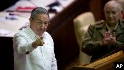 Presiden Kuba Raul Castro berbciara pada media dalam penutupan sidang legislatif di Havana (20/12). (AP/Ramon Espinosa)