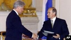 El presidente Bill Clinton y el mandatario ruso, Vladimir Putin, firmaron el acuerdo inicial sobre plutonio para armas, en el Kremlin, el 4 de junio de 2000.