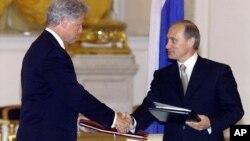 Los presidentes Bill Clinton y Vladimir Putin en Moscú en junio de 2000.