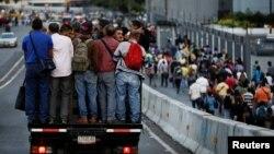 Caraqueños se desplazan hacia/desde sus lugares de trabajo durante un apagón que impactó el sistema de transporte público. Caracas, Venezuela. 6-2-18.