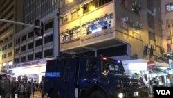 警方出動裝甲車在灣仔及銅鑼灣一帶清場。(攝影: 美國之音湯惠芸)