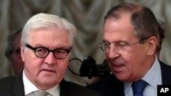 18일 모스크바를 방문한 프랑크-발터 슈타인마이어 독일 외무장관(왼쪽)이 세르게이 라브로프 러시아 외무장관과 면담했다.