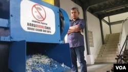 Muslim Mahardika dan mesin pencacah kantong plastik yang dikembangkan FT UGM. (Foto: VOA/Nurhadi)