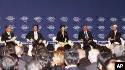 ທ່ານນາງຍິ່ງລັກ ຊິນນະວັດ (ກາງ) ນາຍົກລັດຖະມົນຕີໄທ ກ່າວຕໍ່ກອງປະຊຸມເສດຖະກິດໂລກ (World Economic Forum) ຄັ້ງທີ 21 ສໍາລັບພາກພື້ນເອເຊຍຕະເວັນອອກ ທີ່ຈັດຂຶ້ນຢູ່ບາງກອກໃນຕົ້ນເດືອນມີຖຸນາ, 2012 ທີ່ຜ່ານມານີ້