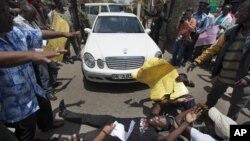 Des manifestants bloquant des députés devant le parlement à Nairobi