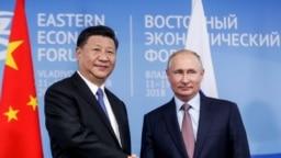 Tổng thống Nga Vladimir Putin bắt tay với Chủ tịch Trung Quốc Tập Cận Bình tại Diễn đàn Kinh tế Đông ở Vladivostok, Nga, ngày 11 tháng 9 năm 2018, cùng thời điểm diễn ra cuộc thao dượt quân sự Vostok-2018 (Đông-2018) của Nga có Trung Quốc tham gia, diễn ra gần biên giới Trung Quốc.