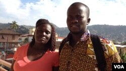 Massa Stevens et Yusif Koroma, survivants de la maladie d'Ebola, à Freetown, en Sierra Leone, Jan. 6, 2016. (Nina Devries / VOA)