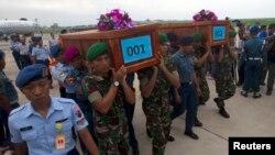印尼軍人將亞航空難死者的棺木遺體送往印尼泗水市。