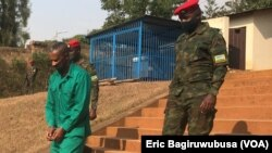 Col Tom Byabagamba aherekejwe n'abasirikare bamurinda