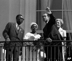 Le président Mobutu du Zaïre d'alors (à g., lors d'une visite à Washington) avait réprimé dans le sang une marche des Chrétiens congolais, il y a 20 ans.