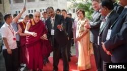 達賴喇嘛印度訪問學校。