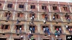 Một số người leo trèo, tìm cách 'gà' bài cho các học sinh.
