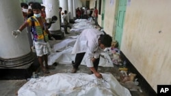Nhà xác tạm tại một trường học gần tòa nhà bị sập ở Bangladesh, ngày 27/4/2013.