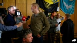 Vyacheslav Ponomaryov, yang menyatakan diri sebagai walikota Slovyansk, Ukraina timur berbicara kepada media, Minggu (27/4).
