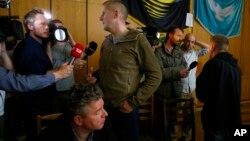 自封为反叛武装占领城市斯洛维扬斯克人民市长的波诺马廖夫(右)
