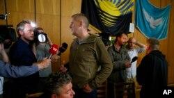 Захваченным представителям ОБСЕ разрешили пообщаться с журналистами