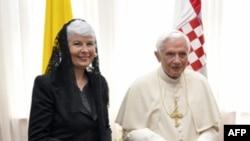 Thủ tướng Croatia Jadranka Kosor (trái) tiếp Đức giáo hoàng Benedict thứ 16 tại Zagreb, Croatia, ngày 4 tháng 6, 2011