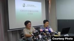 记协主席岑倚兰(左)公布最新言论自由年报(香港记协 facebook图片)
