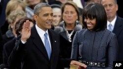 លោកប្រធានាធិបតី បារ៉ាក់ អូបាម៉ា ធ្វើសម្បថក្នុងវត្តមានរបស់ប្រធានតុលាការកំពូលលោក John Roberts ដោយមានភរិយារបស់លោក គឺអ្នកស្រី Michelle Obama និងកូនស្រី Malia និង Sasha នៅក្បែរនោះ។ (២១ មករា ២០១៣)