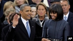 Tổng thống Hoa Kỳ Barack Obama tuyên thệ nhậm chức trước Chánh án Tối cao Pháp viện John Roberts tại Điện Capitol, ngày 21/1/2013.