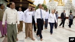 Tổng thống Obama và Ngoại trưởng Clinton đến viếng chùa Shwedagon ở Rangoon, Miến Điện, 19/11/12