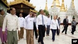 លោក បារ៉ាក់ អូបាម៉ា ប្រធានាធិបតីសហរដ្ឋអាមេរិក ទស្សនាវត្ត Pagoda ជាមួយរដ្ឋមន្ត្រីការបរទេសលោកស្រី ហ៊ីឡារី គ្លីនតុន (Hillary Rodham Clinton) នៅក្នុងទីក្រុងរ៉ង់ហ្គូន ប្រទេសភូមា (មីយ៉ាន់ម៉ា) កាលពីថ្ងៃទី១៩ ខែវិច្ឆិកា ឆ្នាំ២០១២។