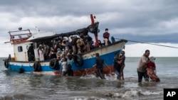 အာခေ်း ပင္လယ္ထဲေမ်ာပါေနတဲ ့ ႐ိုဟင္ဂ်ာမ်ားကို အင္ဒိုငါးဖမ္းေလွမ်ားက ကယ္ဆယ္စဥ္ (ဓာတ္ပံု - AP)