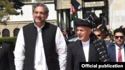 وزیر اعظم شاہد خاقان عباسی اپنے کابل کے دورے میں افغان صدر اشرف غنی کے ہمراہ۔ 6 اپریل 2018