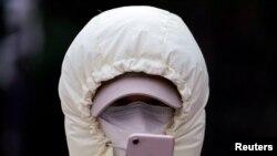 中國上海,一名戴口罩的女子在看手機(2020年1月29日)。