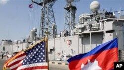ទង់ជាតិសរអនិងទង់ជាតិខ្មែរបក់រវិចនៅពីមុខនាវាចម្បាំងអាមេរិកមួយដែលបានចូលចតនៅកំពង់ផែក្រុងព្រះសីហនុក្នុងពេលកន្លងមក។ នាវាចម្បាំង USS Mustin ជានាវាចុងក្រោយបំផុតដែលបានចូលមកចតក្នុងខែធ្នូឆ្នាំ២០១០នេះ ដោយមានមេបញ្ជាការជាជនជា
