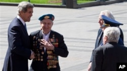 7일 러시아 모스크바 무명용사 묘역에 헌화한 존 케리 미 국무장관이 2차 세계대전 참전용사와 이야기를 나누고 있다.