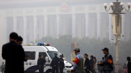 北京雾霾中,天安门广场上,人民大会堂前,有警车和警察(2014年10月20日)