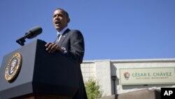 Presiden Obama memberikan pidato di Monumen Nasional Cesar Chavez di La Paz, negara bagian California hari Senin (8/10).
